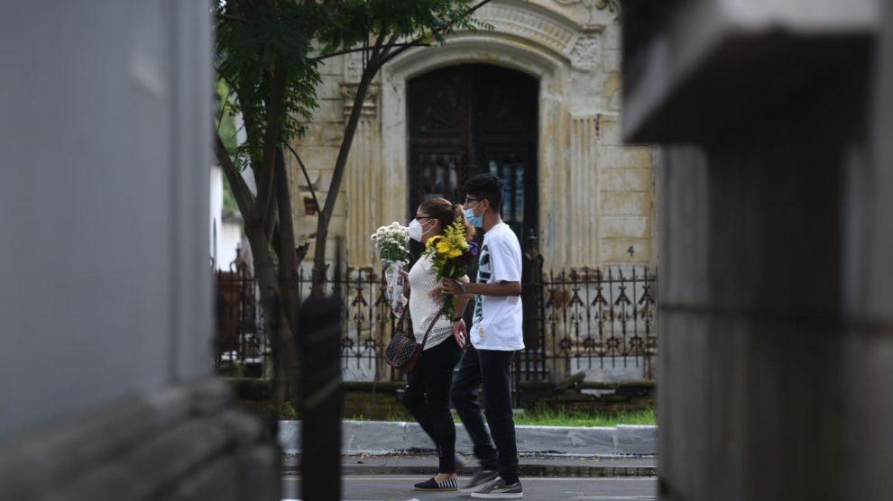 Guatemaltecos visitan los cementerios.