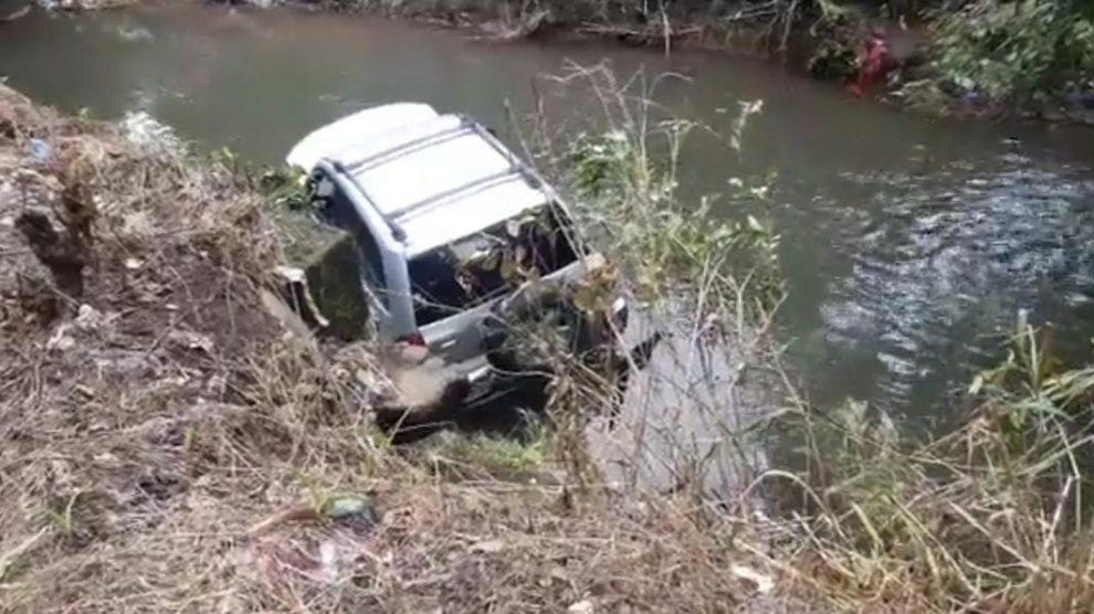 Camionetilla cae en el río Xuyá