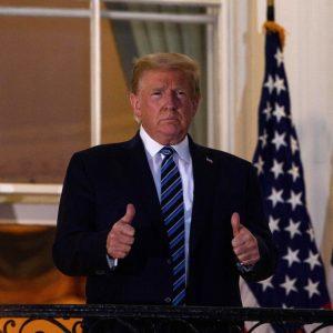 Donald Trump saluda en la Casa Blanca tras salir del hospital