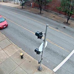 Mujer sufre infarto en plena calle; ladrón aprovecha para robarle el celular