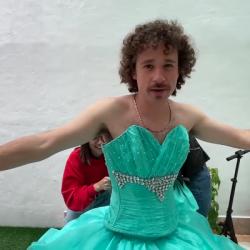 """Luisito Comunica muestra """"su paquete"""" mientras se quita un vestido"""