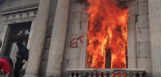 Manifestantes prenden fuego en el Congreso de la República.