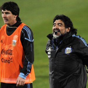 Messi le escribe mensaje de apoyo a Maradona
