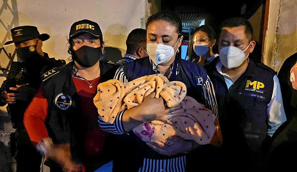 Autoridades rescatan a bebé robada.