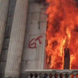 VIDEO. El momento en el que manifestantes prenden fuego al Congreso