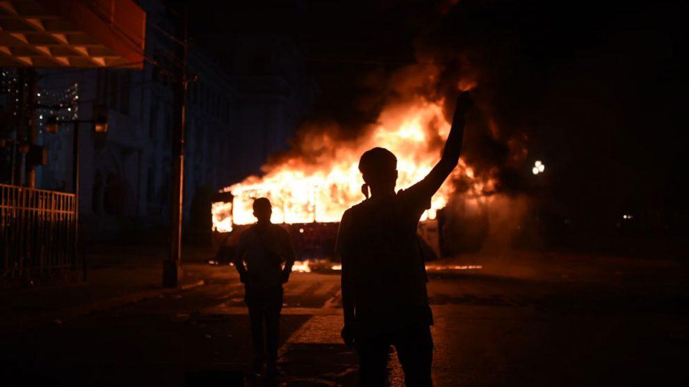 Quema de Transurbano en el Centro Histórico durante manifestación