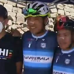 VIDEO. Campeón del Giro de Italia premia esfuerzo de ciclista nacional