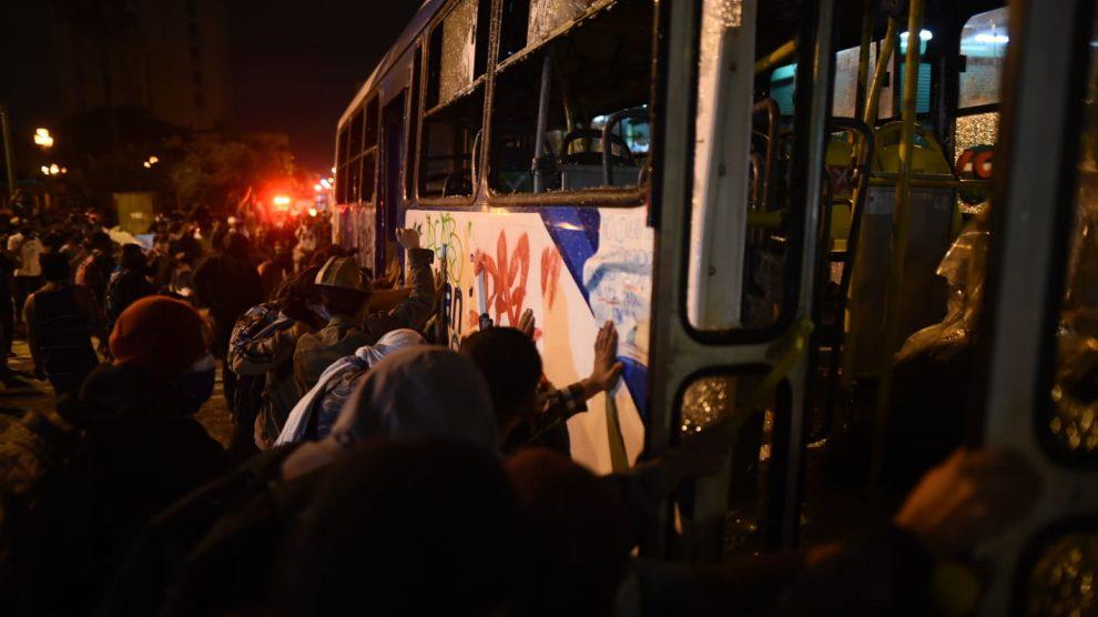 Transurbano es quemado en el Centro Histórico
