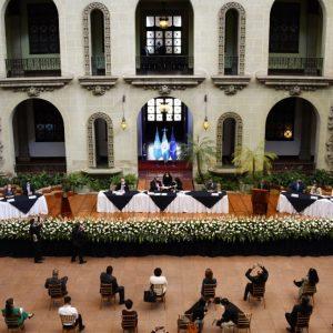 El presidente, Alejandro Giammattei, firma acuerdo para la creación de los Centros Comunitarios de Atención Infantil Integral.