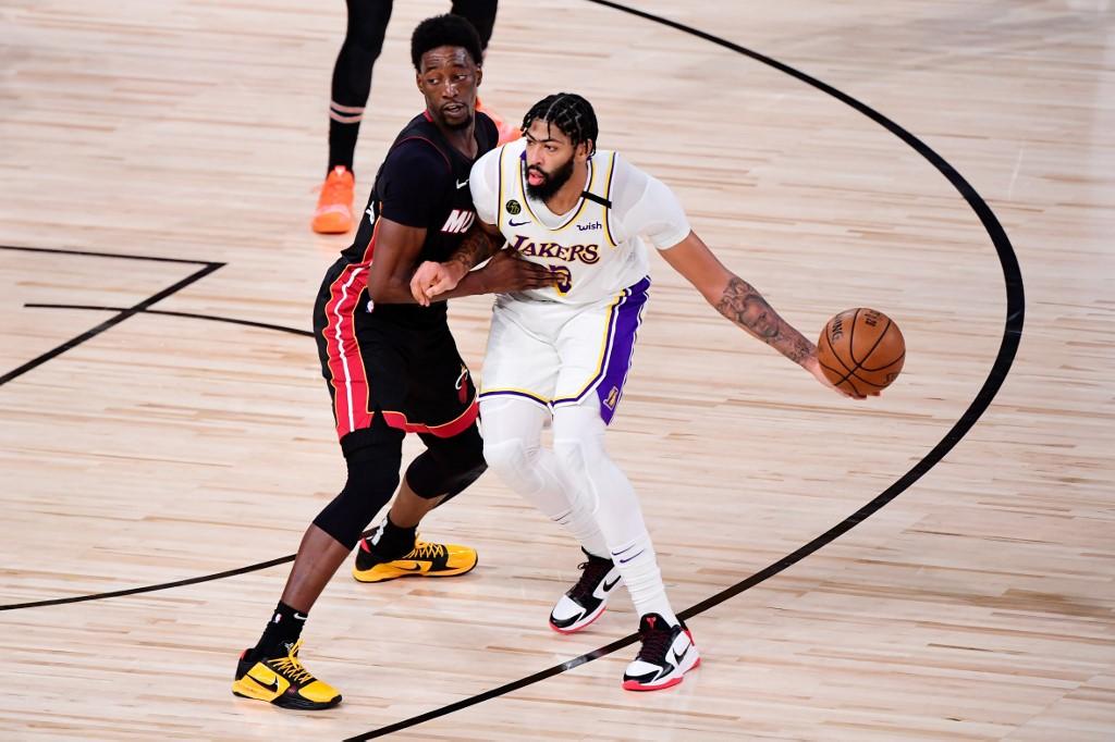 Anthony Davis firma su renovación con los Lakers