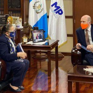 La fiscal general, María Consuelo Porras Argueta, se reunió con el embajador de EE. UU., Willliam W. Popp.