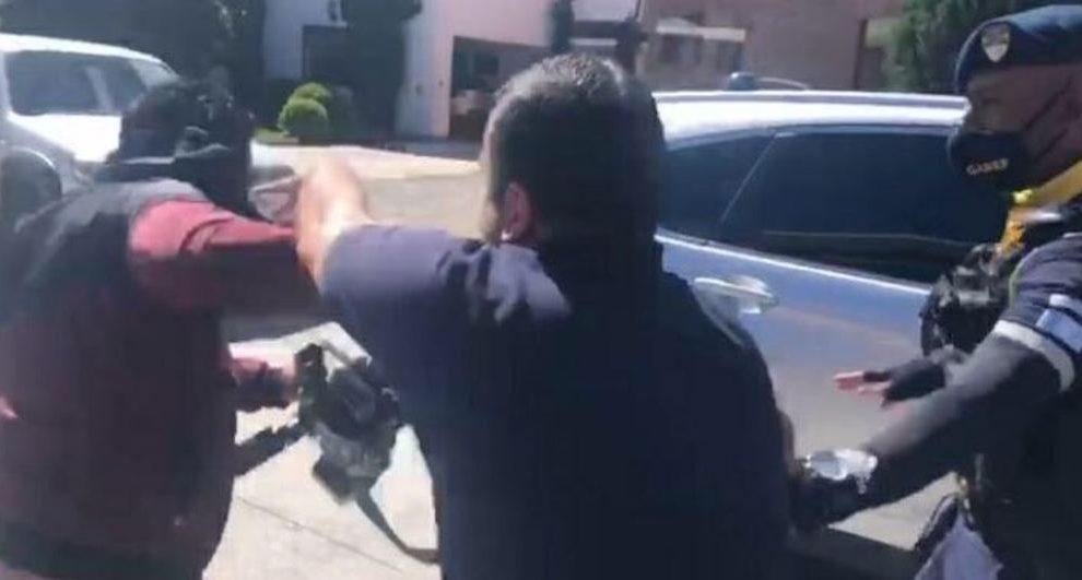 Hombre agrede a periodista en Santa Catarina Pinula.