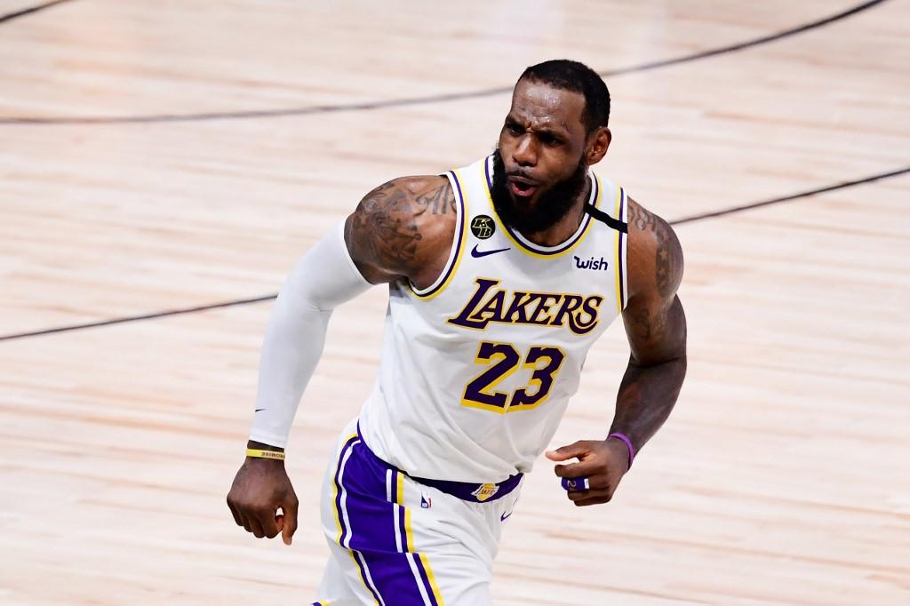 LeBron James sigue con los Lakers