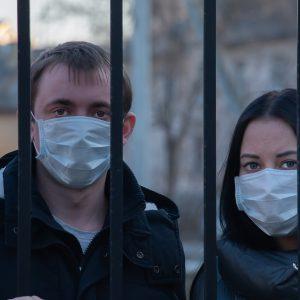 Personas con mascarillas por Covid-19