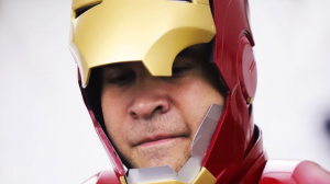 Neto Bran disfrazado de Iron Man