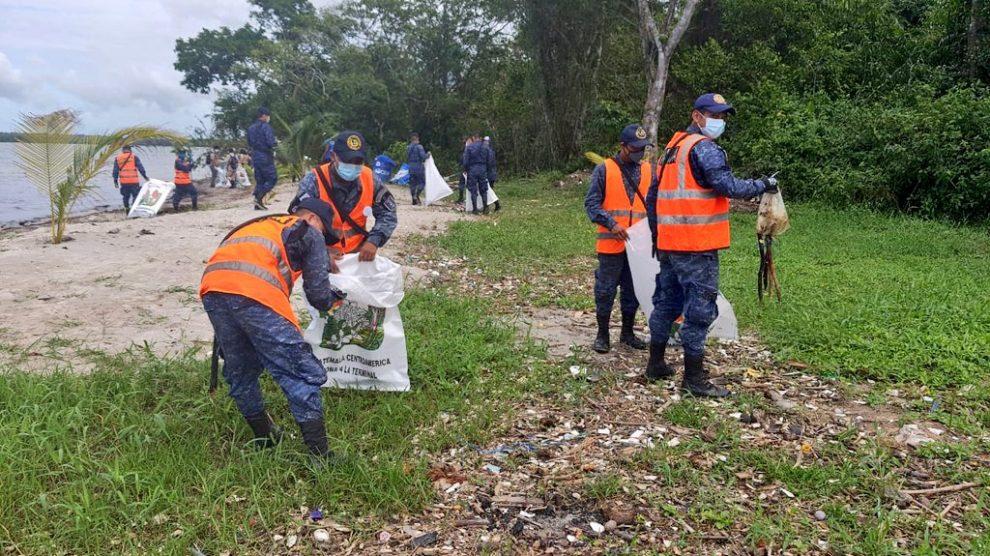 Recolectan basura en Puerto Barrios
