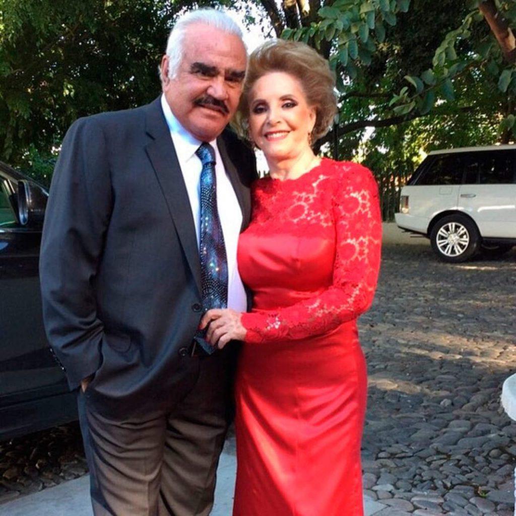 Vicente Fernandez y esposa