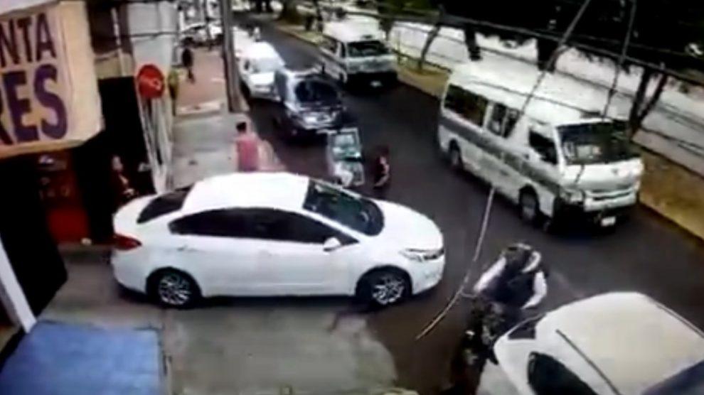 Conductor se salva de asalto... y regresa para atropellar a los ladrones