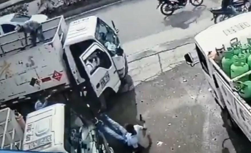 Ladrón es golpeado con un cilindro de gas en Colombia