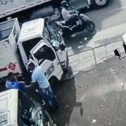 VIDEO. Ladrón intenta asaltar a vendedores de gas; termina golpeado por un cilindro