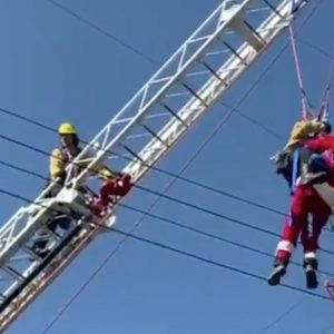 VIDEO. Santa Claus se enreda en tendido eléctrico en California