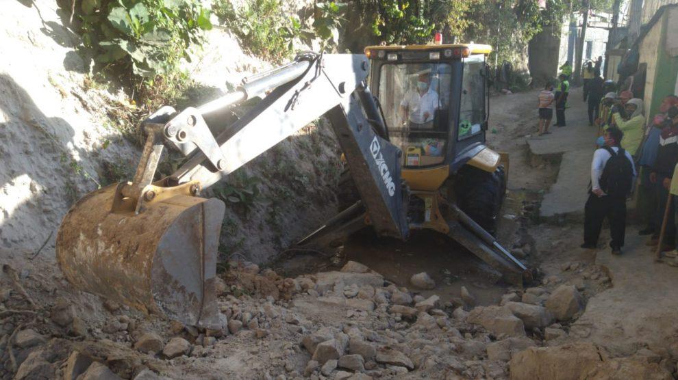 Reportan desprendimiento de tierra en Mixco.