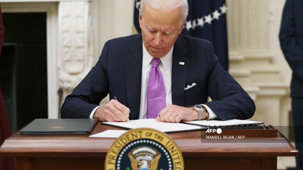 Joe Biden firmando decretos