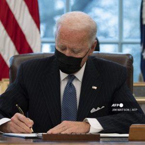 Joe Biden firmando un decreto