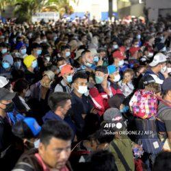 Caravana de migrantes hondureños cruza Guatemala y se enfila hacia EEUU