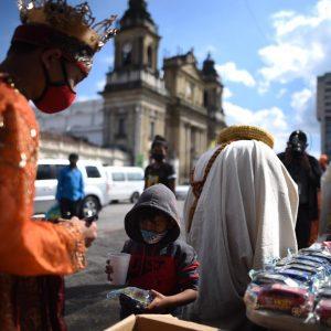Celebran el Día de Reyes con comida y juguetes