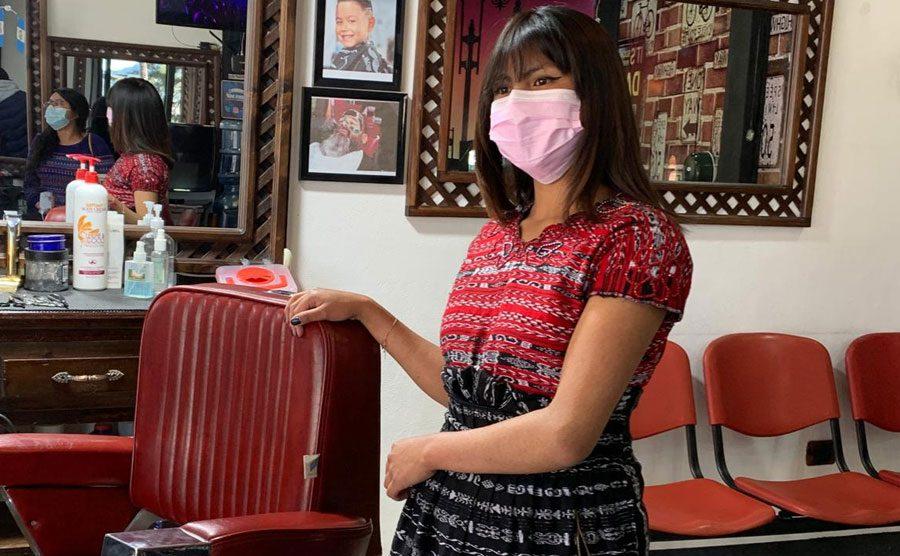 María Leticia Baquiax Pretzantzin se dedica al oficio de la barbería en Totonicapán