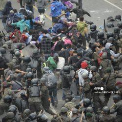 Policía usa gas lacrimógeno contra caravana migrante en Chiquimula