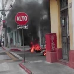 Encapuchados queman llantas y afecta movilidad en zona 1