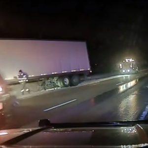Hombre se salva de ser atropellado en carretera de Nebraska