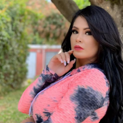 La modelo guatemalteca Zuleica Leal enseña sus enormes atributos delanteros en microbikini