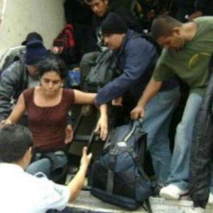 Localizan a migrantes escondidos en un contenedor, en México.