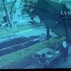 VIDEO. Hombre no se dejó robar en restaurante y balea a ladrones
