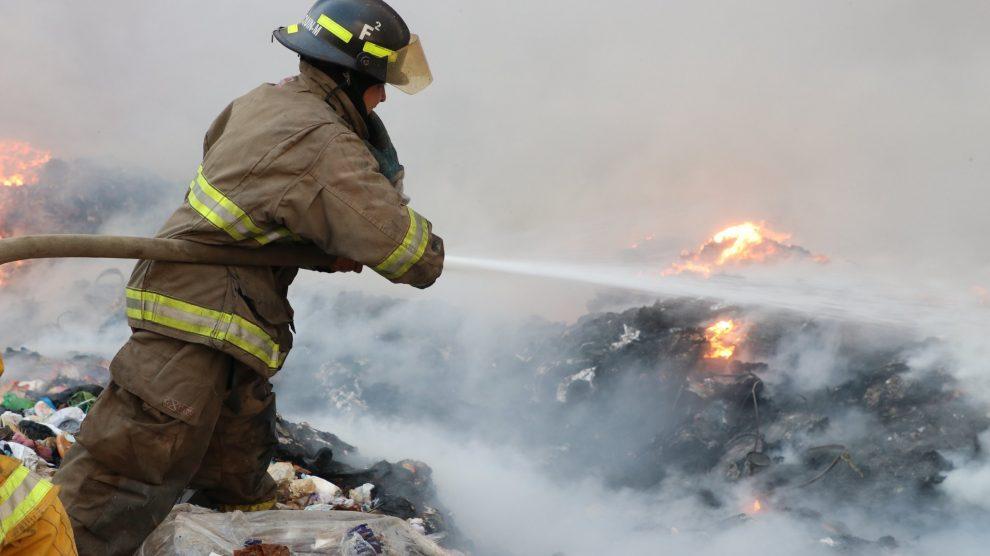 Bomberos Voluntarios combaten incendio en vertedero de Villa Nueva