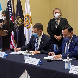 ICE y Guatemala firman acuerdo de intercambio de información sobre fugitivos