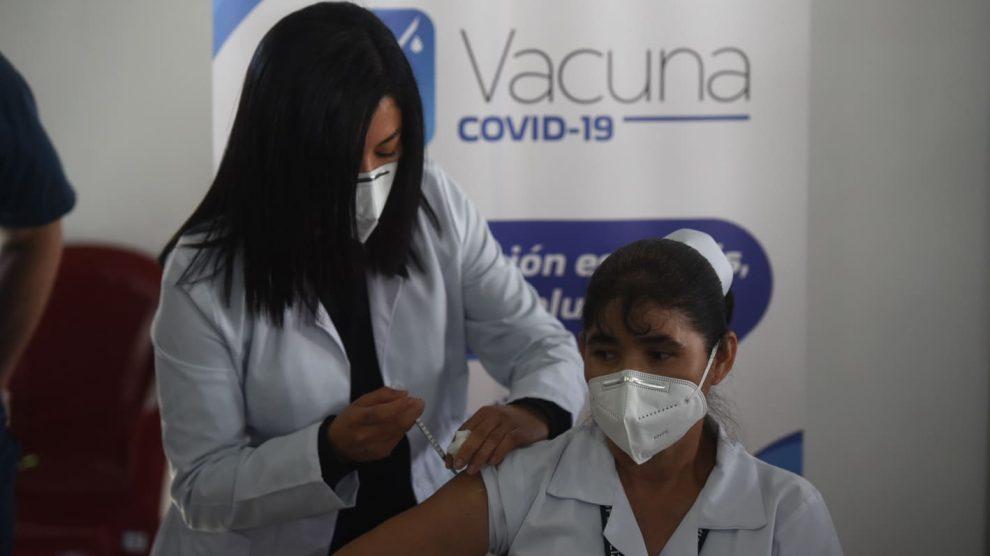 Enfermera Madgalena Guevara González, primera persona vacunada en Guatemala contra el Covid-19