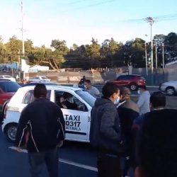 Taxistas protestan en la calzada Roosevelt contra pago de seguro