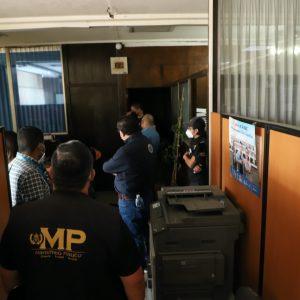 Fiscales del Ministerio Público (MP) inspeccionan oficinas de la Rectoría de la Universidad de San Carlos (Usac).