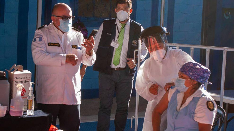 Personal de salud de la PNC recibe primera dosis de vacuna contra el Covid-19