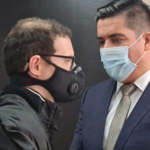 Luis Enrique Martinelli, hijo de Ricardo Martinelli, expresidente de Panamá, con su abogado Denis Cuesy.