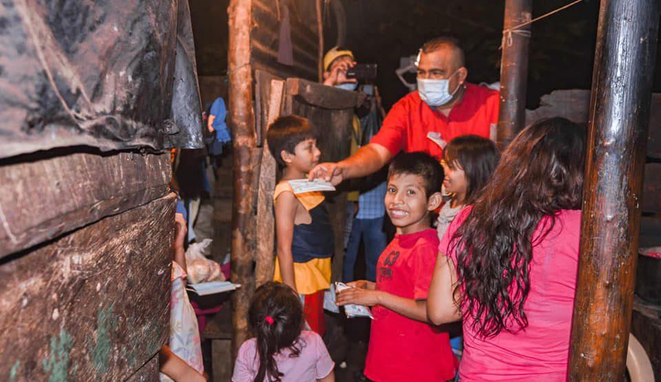Otto Barrios, haciendo labor humanitaria