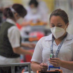 Salubristas de Guatemala realizan campaña de vacunación contra el COVID-19.