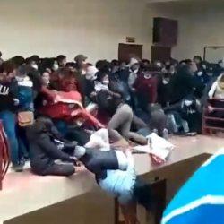 VIDEO. Impactante momento en que estudiantes caen de un cuarto piso en una universidad