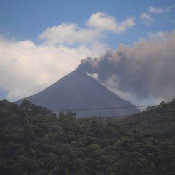 Volcán de Pacaya expulsa arena en nueva erupción