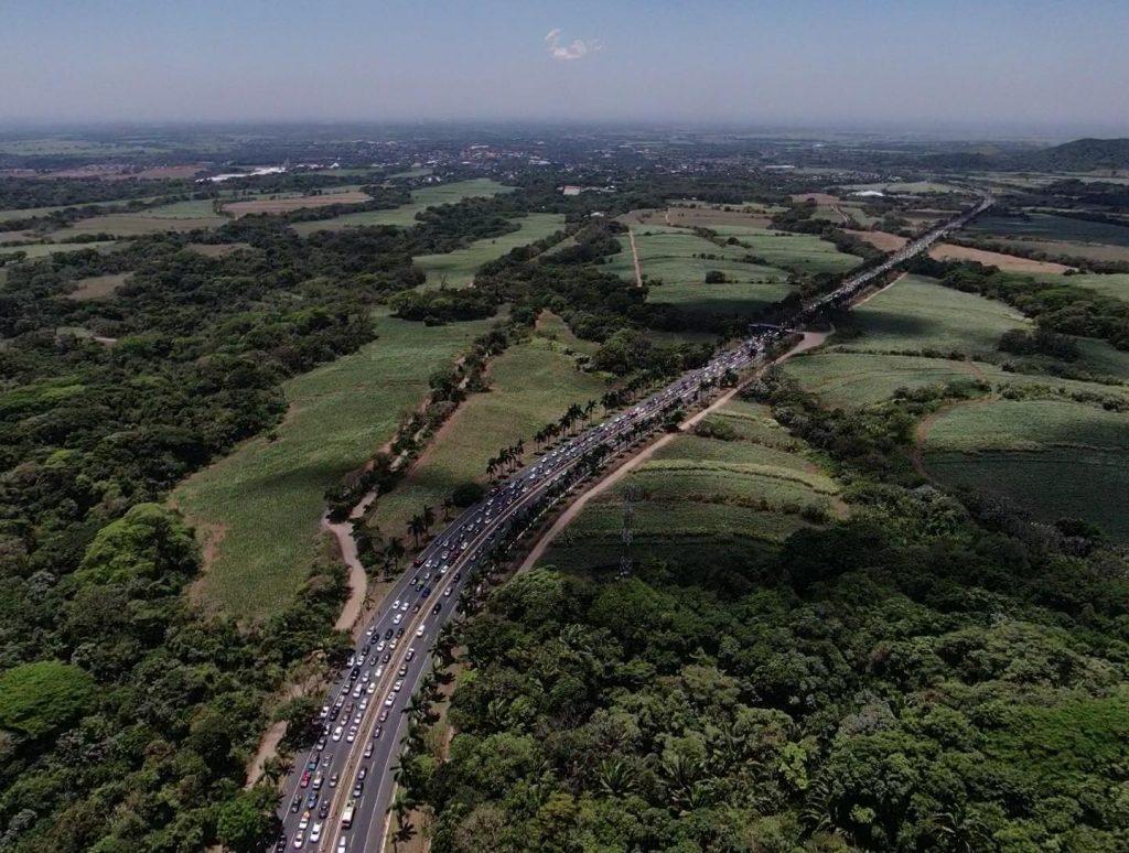 Dron capta las extensas filas de vehículos en la autopista Palín-Escuintla