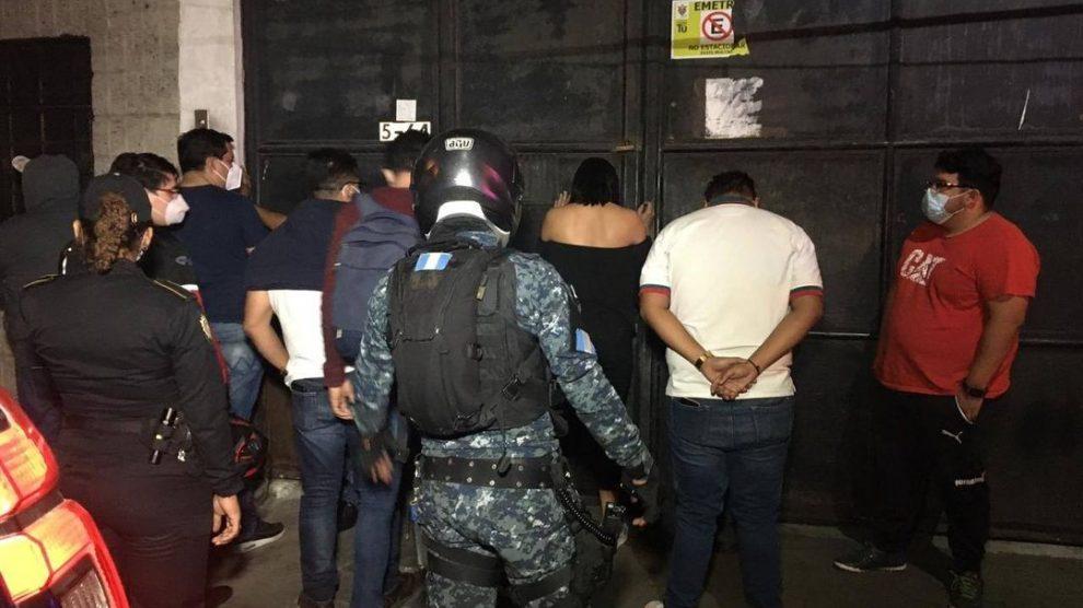 Casi 60 detenidos en un club nocturno, uno de ellos contagiado de Covid-19